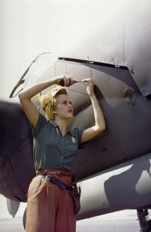 Una dipendente Lockheed lavora su un P-38 Lightning [Burbank, California, 1944]