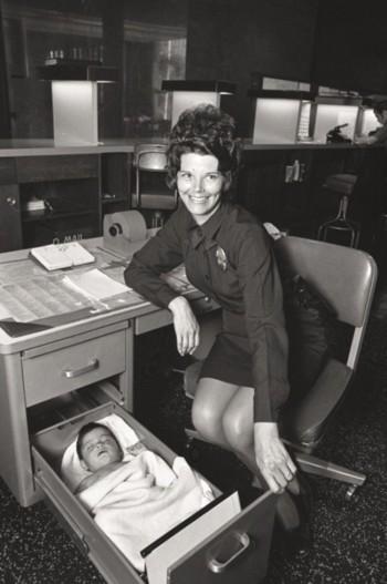 A Los Angeles poliziotta si occupa di un bambino abbandonato tenendolo nel cassetto della sua scrivania. [1971]