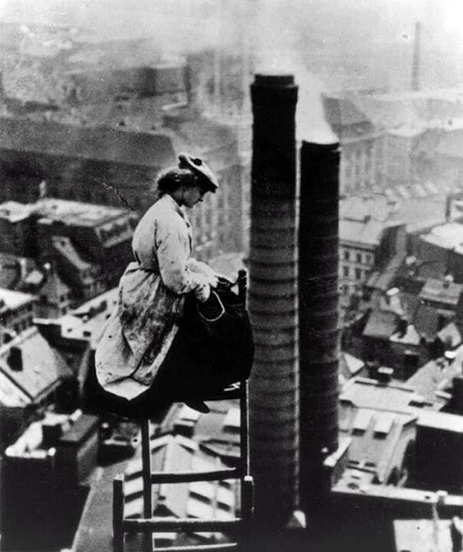 Una spazzacamino sopra Berlino [c. 1900]