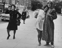 Una vigilessa blocca una sfilata di moda del designer Ossie Clark per le strade di Londra, Fulham Road, London, 1967