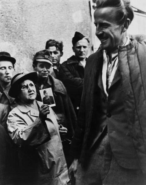 Una madre mostra una foto di suo figlio fra i prigionieri di guerra che tornano a casa. [Vienna 1947]