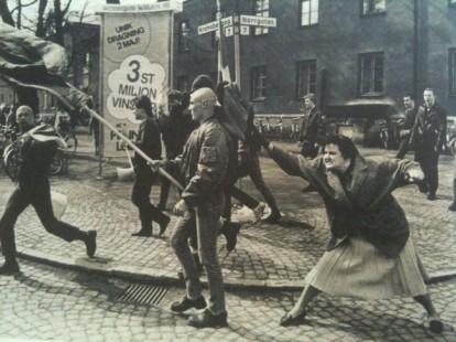 Una donna svedese che colpisce un protestante neonazista con la borsetta. La donna era sopravvissuta a un campo di concentramento. [1985]