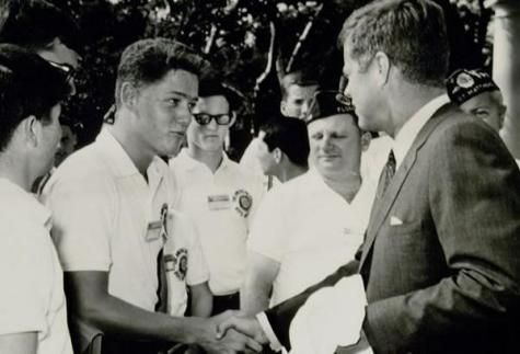 Un adolescente Bill Clinton che stringe la mano a John Kennedy