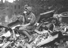 Una donna che beve il tè dopo un bombardamento tedesco durante il bombardamento di Londra. [1940]