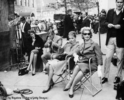 Attori, tra cui Audrey Hepburn, fanno una pausa in una via di New York durante le riprese di Colazione da Tiffany