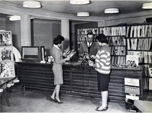 Donne afghane in una biblioteca pubblica prima che i talebani prendessero il potere. [C. 1950]