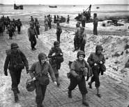 Infermiere americane sbarcano in Normandia. [1944]