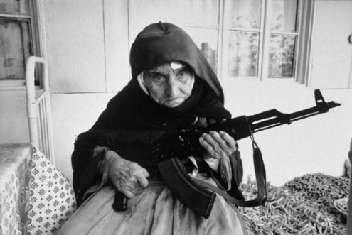 Un donna di 106 anni armena protegge la sua casa con un AK-47. [1990]