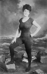 Annette Kellerman posa in costume da bagno, motivo per cui fu arrestata per atti osceni. [C. 1907]