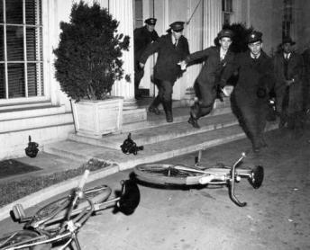 Messaggeri in bicicletta lasciano la Casa Bianca il 7 Dicembre 1941 (giorno dell'attacco di Pearl Harbor)