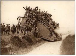 Soldati britannici su un carro armato della prima guerra mondiale