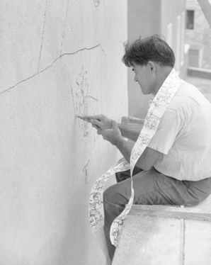 Carlo Bavagnoli - Costantino Nivola lavora alla facciata della chiesa della Madonna D'Itria, Orani 1958