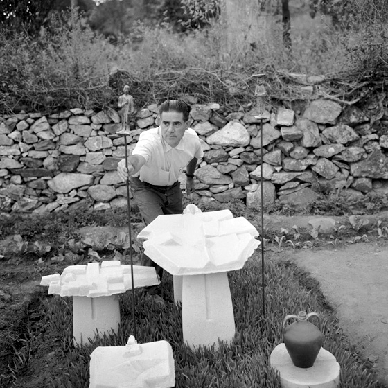 Carlo Bavagnoli - Costantino Nivola presso la sepoltura della madre e del fratello Giuseppe, Orani 1958