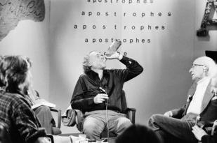 "Charles Bukowski, beve sul set del programma TV francese ""Apostrophes"" condotto da Bernard Pivot, 1978"