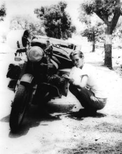Elspeth Beard, durante il suo tentativo di diventare il primo inglese a circumnavigare il mondo in moto. [1980]