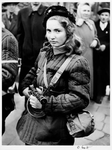 Erika, una combattente quindicenne ungherese che ha combattuto per la libertà contro l'Unione Sovietica. [Ottobre 1956]
