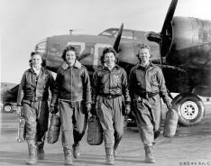 """Pilote che lasciano il loro B-17, """"Pistol Packin' Mama"""" [c. 1941 - 1945]"""