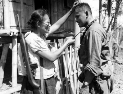 Il capitano Nieves Fernandez mostra a un soldato americano come ha ucciso soldati giapponesi durante l'occupazione. [1944]