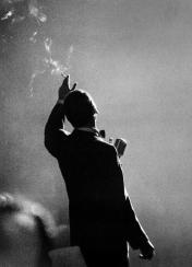 Frank Sinatra si esibisce a Monte Carlo - Fotografia di Herman Leonard, 1958