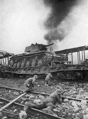 Tedeschi avanzano verso un russo carro armato KV-1. Smolensk, Russia. 1941