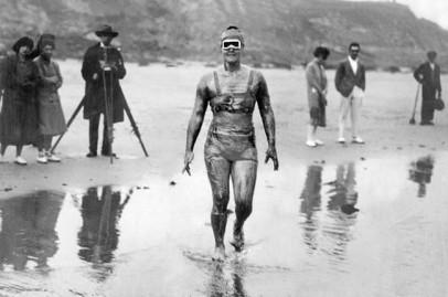 Gertrude Ederle diventa la prima donna ad attraversare a nuoto il Canale della Manica. [1926]