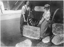 Ragazze consegnano pesanti blocchi di ghiaccio dopo l'arruolamento dei lavoratori di sesso maschile. [1918]