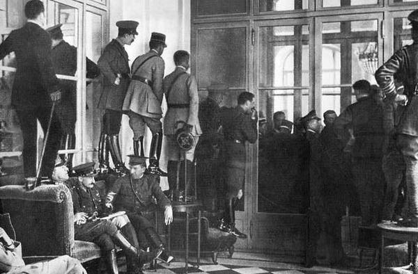 Gente affacciata per vedere la firma del Trattato di Versailles