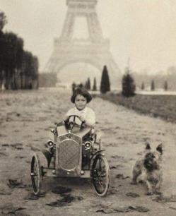 Gloria Vanderbilt alla guida di un'auto a pedali a Parigi, fine del 1920