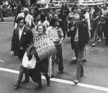 Jeanne Manford marcia con il figlio gay durante un Gay Pride. [1972]