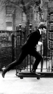 John Lennon sullo skateboard