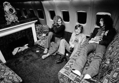 Tutti intorno al camino nell' aereo privato dei Led Zeppelin