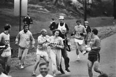 Kathrine Switzer diventa la prima donna a correre la maratona di Boston, nonostante i tentativi da parte dell'organizzatore della maratona di fermarla. [1967]