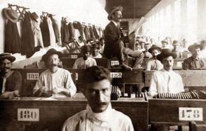 Lettore che intrattiene gli operai di una fabbrica