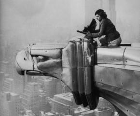 La fotografa Margaret Bourke-White sul Chrysler Building. [1934]