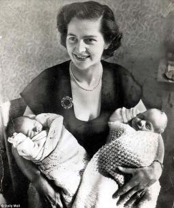 Margaret Thatcher a 28 anni, con i figli Carol e Mark, nel 1953