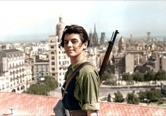Marina Ginesta, una diciasettenne militante comunista, a Barcellona durante la guerra civile spagnola. [1936]