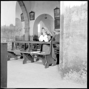Mario de Biasi - donne sarde - Desulo, chiesa di Sant'Antonio abate, 1955
