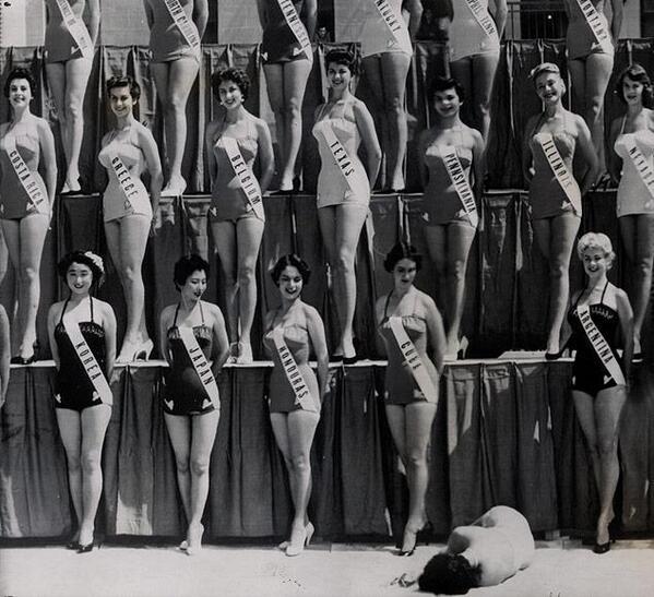 Le partecipanti di Miss Universo posano per la stampa ma una di loro, Miss Nuova Zelanda, sviene sotto il caldo sole di Long Beach, in California, 1954
