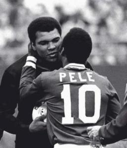 Muhammad Ali abbraccia Pelé al suo match di addio. 1977
