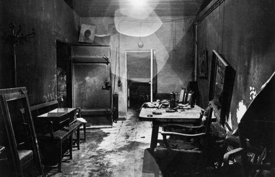 Una delle prime foto scattata da soldati alleati all'interno del bunker di Hitler (Führerbunker) nel 1945