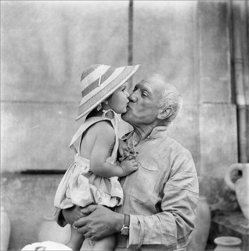 Pablo Picasso bacia la figlia Paloma, 1953