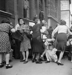 Madri parigine proteggono i loro figli dal fuoco dei cecchini tedeschi. [1944]