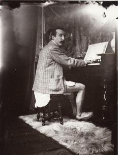 Paul Gauguin suona il piano in mutande nel 1895