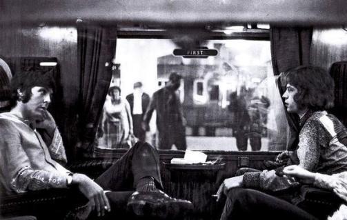 Paul McCartney e Mick Jagger che siedono uno di fronte all'altro su un treno a Bangor. (1967)