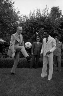 Il presidente Ford fa vedere cosa sa fare a Pelé