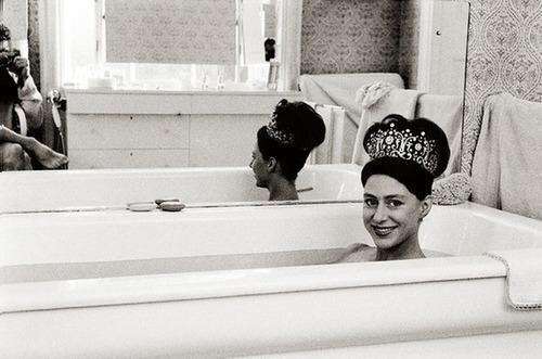 La principessa Margaret indossa la sua tiara di nozze nella vasca da bagno 1962