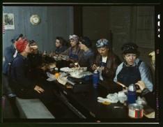 Operaie della ferrovia a pranzo. Molte erano le mogli e anche le madri di uomini partiti in guerra. [1943]
