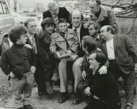 Roald Dahl con gli attori Oompa Loompa sul set di Willy Wonka e la fabbrica di cioccolato, 1971