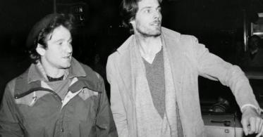 Robin Williams e Christopher Reeve tentano di fermare un taxi a New York, ca. 1981
