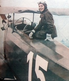 Sabiha Gökçen della Turchia posa con il suo aereo, nel 1937 è diventata la prima pilota di caccia di sesso femminile.